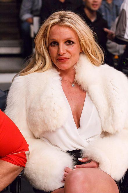 Britney Spears poszła w białym futrze na mecz