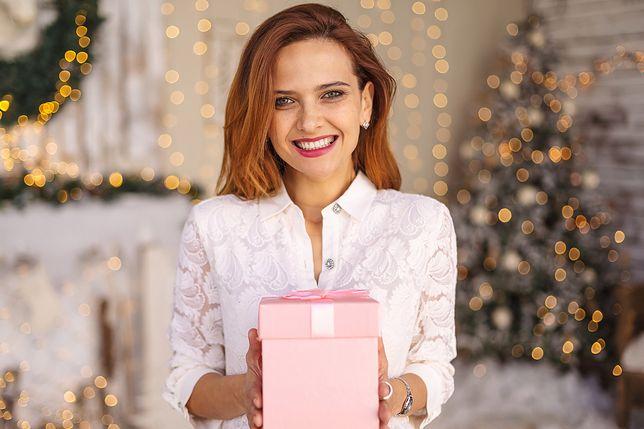 Biała bluzka to trafny wybór do świątecznej stylizacji