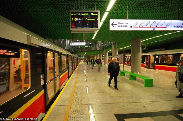 Między stacjami rondo Daszyńskiego i Świętokrzyska ruch został wstrzymany