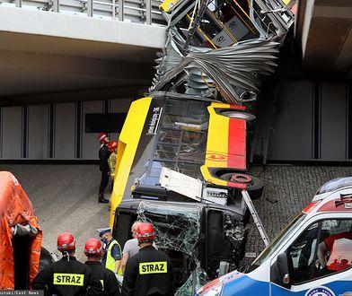 Warszawa. Wypadek autobusu. Wrak zabezpieczony. Kierowca miał wysoką gorączkę?