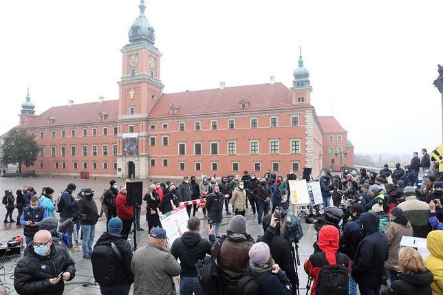 Protesty w Warszawie. Przedstawiciele branż eventowej, hotelowej, fitness i gastronomicznej podczas spotkania pod kolumną Zygmunta