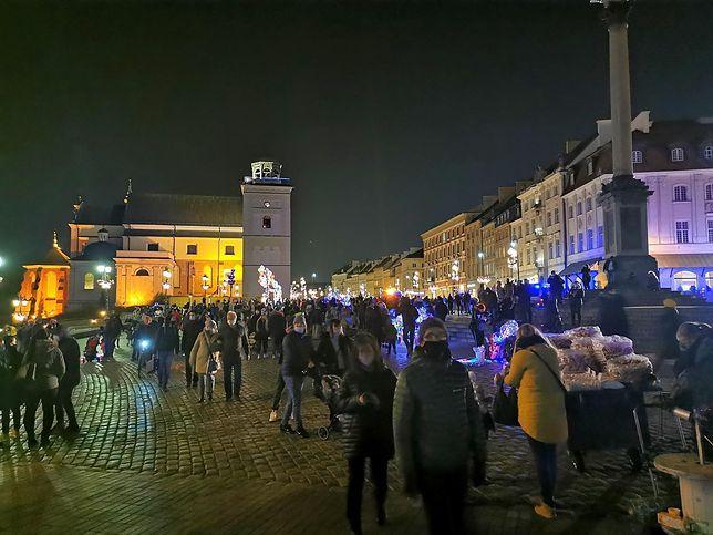 Warszawa. Tłumy na Krakowskim Przedmieściu