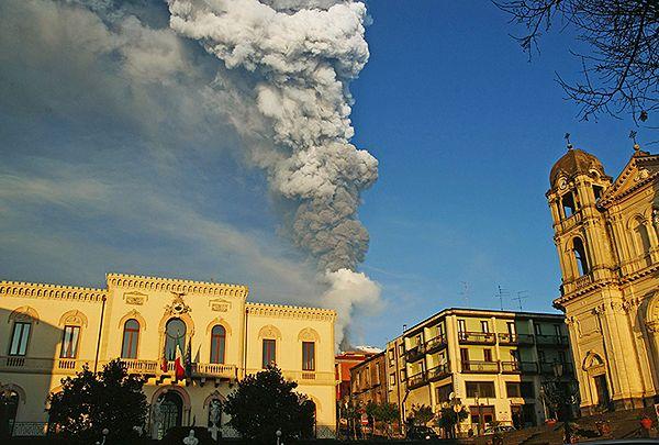 Pierwsza taka erupcja w tym roku - zdjęcia