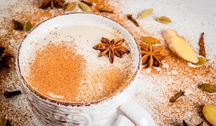 Rozgrzeje w chłodny dzień, orzeźwi w czasie upału. Jak zrobić chai latte?