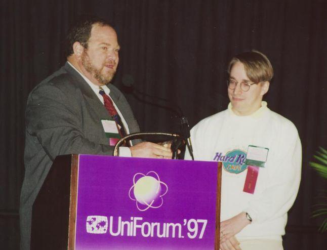"""Linus Torvalds w 1997 roku na Uniforum otrzymuje tytuł """"Europejczyka roku"""""""