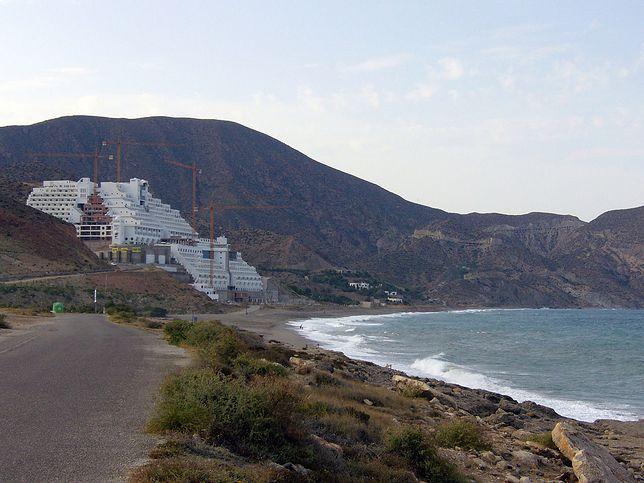 Hiszpania - Greenpeace maluje hotel na czarno