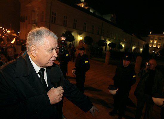 Jarosław Kaczyński zapali znicz przed Pałacem