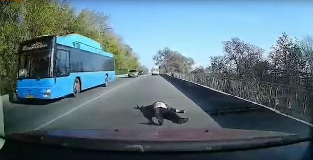 Nowomoskowśk na Ukrainie. Mężczyzna, który wypadł z karetki na ulicę, miał dużo szczęścia