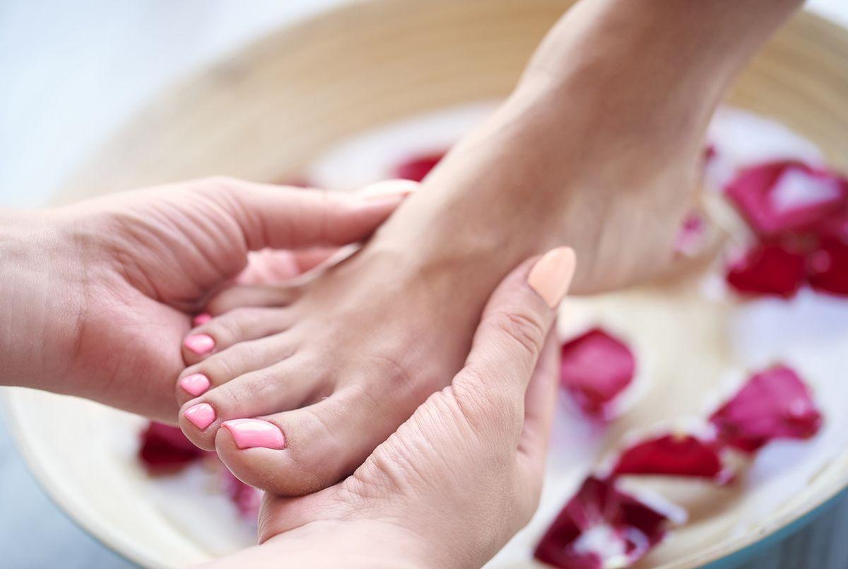Zarówno  higiena, jak i odpowiednie buty są ważne dla zdrowia stóp latem