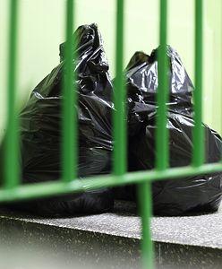 """Konflikt o śmieci. """"Na całej klatce jest okropny smród"""""""