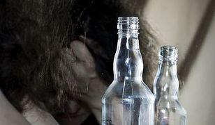 Gdy kobieta pije do lustra…
