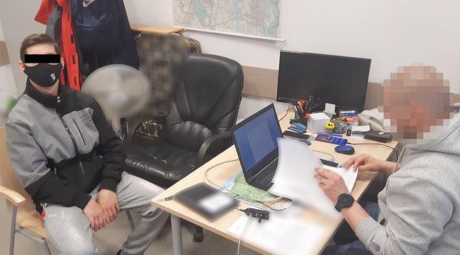 Warszawa. Policjant wykonuje czynności z zatrzymanym mężczyzną