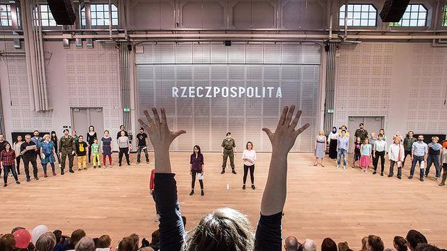 """Zdjęcie ze spektaklu """"Konstytucja na Chór Polaków"""""""