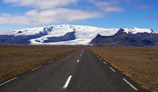 Wulkan leży pod największym w Europie lodowcem Vatnajoekull w południowo-wschodniej części Islandii