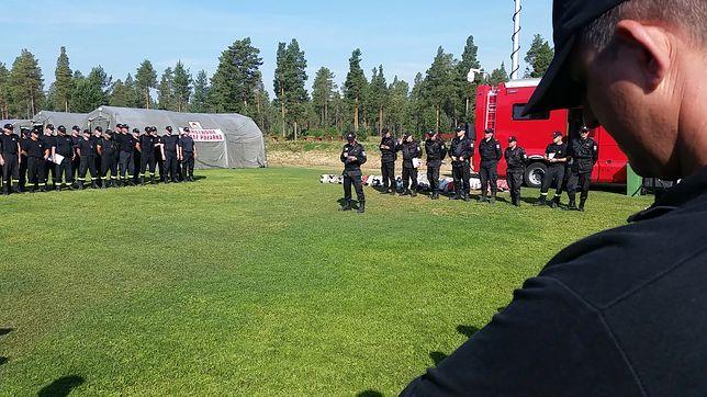 Polscy strażacy w Szwecji podczas porannej odprawy dowiadują się o przydzielonych zadaniach