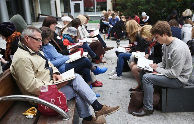 Próba pobicia rekordu świata w liczbie osób czytających jednocześnie na wolnym powietrzu, w ramach warszawskiego Big Book Festival w 2014 r.