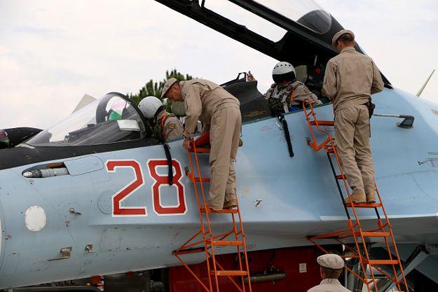 Technicy przy rosyjskim Su-30SM w bazie w Syrii
