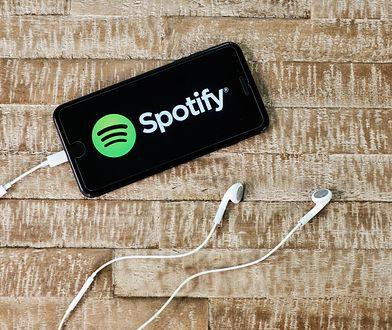 Logo aplikacji Spotify wyświetlane na smartfonie.