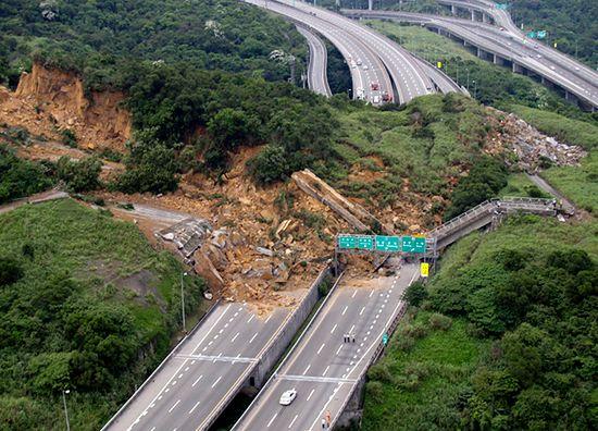 Sześciopasmowa autostrada przysypana
