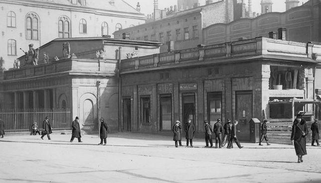 Urzekło mnie życie i ruch w mieście, wystawy, tramwaje, wystrojeni przechodnie, którzy według mojego pojęcia nigdzie nie pracowali, a jedynie chodzili chodnikami tam i z powrotem.