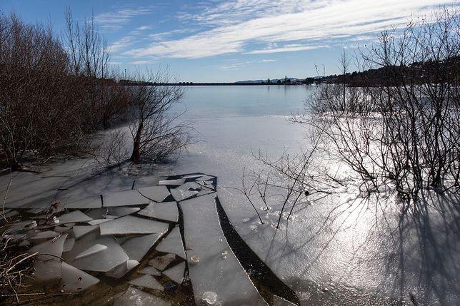 Jezioro pokryte warstwą lodu - zdjęcie ilustracyjne