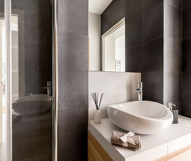 Płytki ceramiczne do małej łazienki trzeba wybierać szczególnie ostrożnie, by nie nie skurczyć optycznie i tak już ciasnej przestrzeni