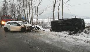 Chwilę wcześniej drzewo powalił samochód, który złamał je uderzeniem