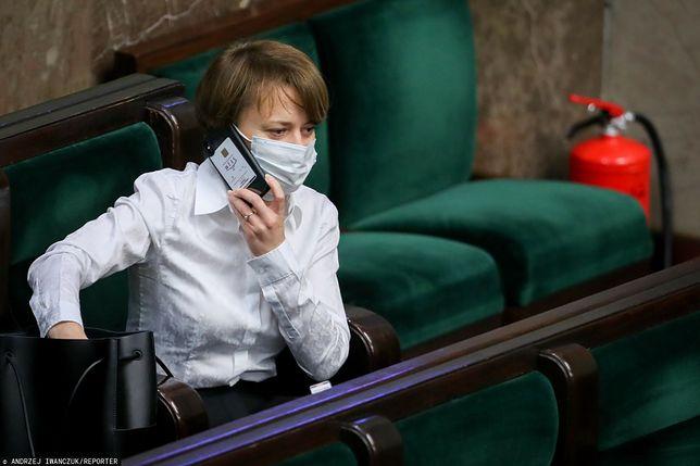 Opozycja krytykuje Jadwigę Emilewicz za obchodzenie przepisów