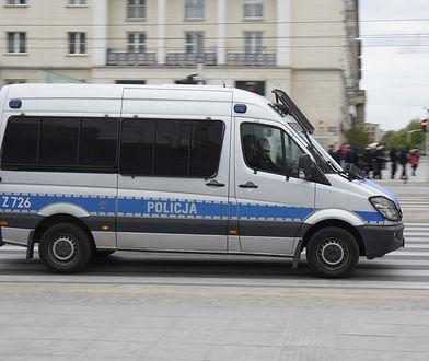 Warszawa. Sześć osób przykleiło się do szyby. Sprzeciw wobec Black Friday