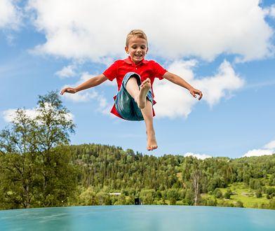 Trampolina to doskonała zabawa i dobry sposób na spędzenie popołudnia na zewnątrz
