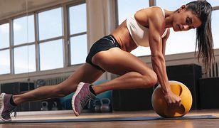 Trening fitness to rodzaj odchudzającej gimnastyki wzmacniającej mięśnie.