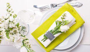 Coraz częściej poza kwiatami w wazonie i sztucznymi dekoracjami, stół ozdabia się właśnie przez składanie serwetek.