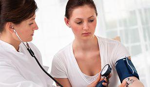 Jak ZUS sprawdza osoby na zwolnieniach lekarskich?