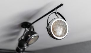 Lampa sufitowa z reflektorami daje wiele możliwości