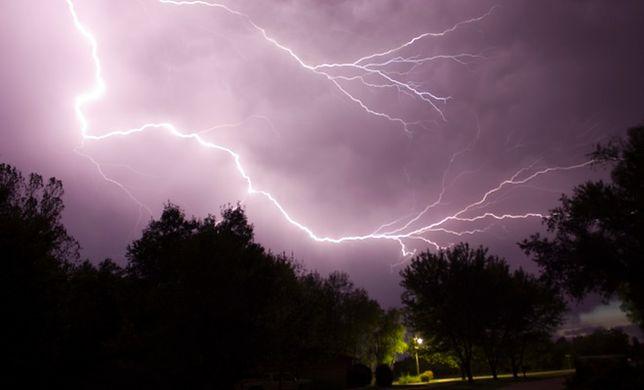 Telefon ściąga pioruny? Mity i fakty o burzy