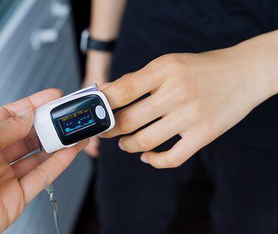 Pulsoksymetr stał się drugim po termometrze niezbędnym gadżetem w apteczce