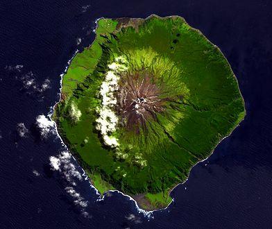 Wyspa Tristan da Cunha znajduje się na samym środku oceanu. Do wybrzeży Afryki jest stąd blisko 3 tys. km