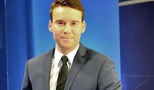 """Maciej Sawicki jest reporterem """"Wiadomości""""."""