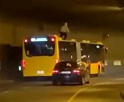 """""""Surfował"""" na dachu autobusu. Wideo hitem internetu"""