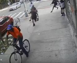 Rowerzysta uderzył staruszkę w twarz. Zatrzymali go strażacy