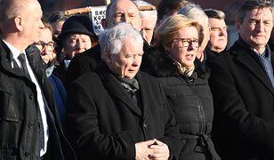 Miesięcznica smoleńska. Jarosław Kaczyński modlił się za zmarłych