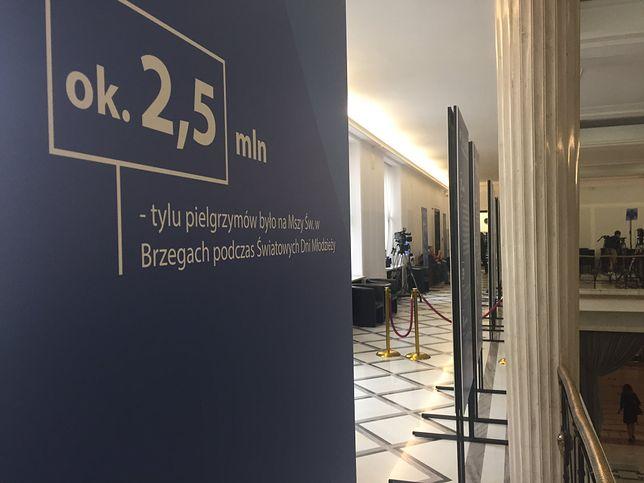 Tablice postawione przez PiS w Sejmie