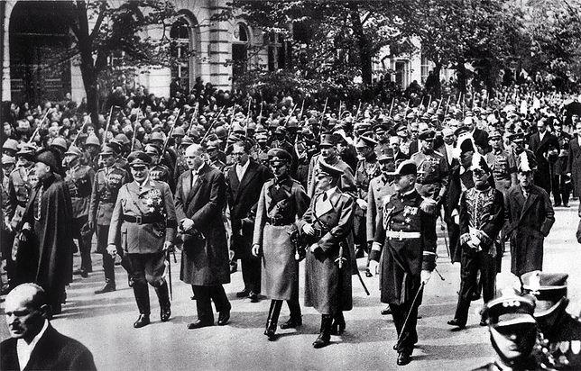 Kondukt żałobny z trumną Józefa Piłsudskiego, 17 maja 1935 r. w Warszawie. W pierwszym rzędzie delegacja niemiecka, m.in. przewodniczący Reichstagu, premier Prus Hermann Goering (pierwszy z lewej), ambasador Niemiec w Polsce Hans Adolf von Moltke (drugi z lewej)