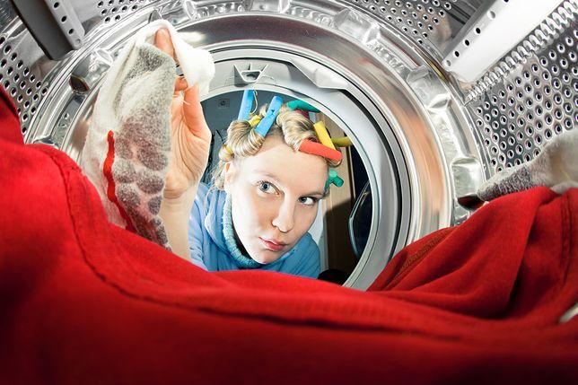 Co zrobić, gdy po wyjęciu z pralki na ubraniach zostają zabrudzenia?