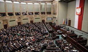 Posłowie podzieleni w sprawie terminu wejścia w życie oskładkowania umów zleceń