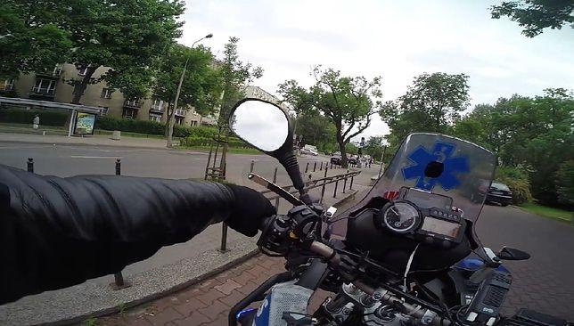 """Szaleńczy rajd motocyklem po Warszawie. """"Na ratunek życiu"""" [WIDEO]"""