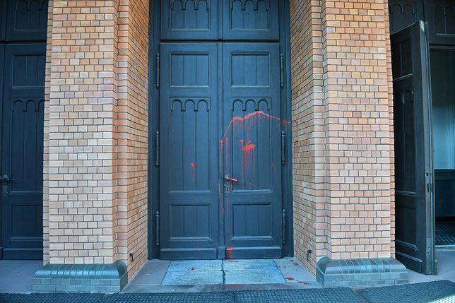 Warszawa. Oblane czerwoną farbą drzwi kościoła pw. św. Augustyna