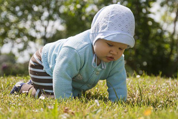 Dzieci urodzone w zimie szybciej zaczynają pełzać