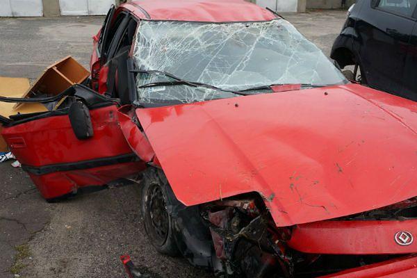 Pijany kierowca spowodował dachowanie innego samochodu. Dwie osoby ranne