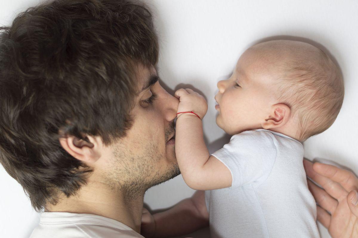 """1,5-miesięczne urlopy dla ojców. Tego chce Unia, ale Polska mówi """"nie"""""""